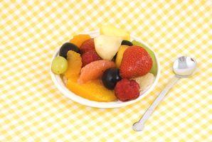 O método a mistura de frutas com açúcar e suco de limão