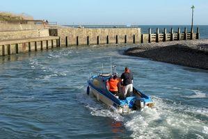 Como Operar um motor de popa do barco de motor