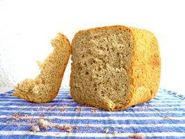 Como obter a pá para fora do pão cozido em um Sunbeam Panificadoras