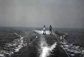 Como equilibrar sobre esquis aquáticos