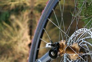 Como reparar a roda traseira em uma bicicleta