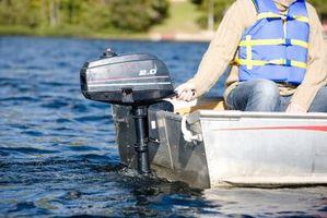 Como ajustar a guarnição em um motor de popa do barco de motor
