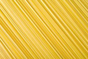 Que ingredientes são usados para fazer espaguete com bacon e migalhas de pão?