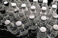 O que está envolvido no processo de engarrafamento de água?