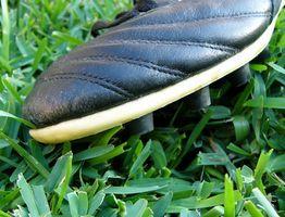 Qual é a diferença entre o futebol e Softbol chuteiras?