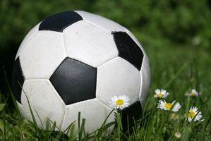 Como chutar uma bola de futebol dura