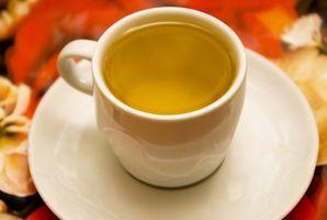 Como fazer um galão de chá com pequenos sacos de chá