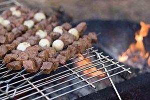 Como cozinhar um bife sobre uma fogueira