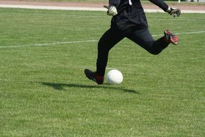 Como chutar uma bola mais dura