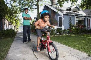 Como ensinar uma criança a pedalar uma bicicleta