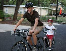 Como montar um Tagalong bicicleta com segurança