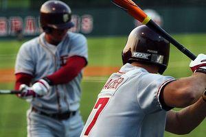 Qual é a regra do capacete para o softball ou beisebol?
