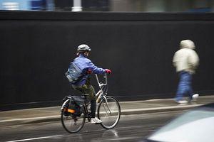 Como de bicicleta na chuva
