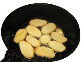 Como manter Batatas de degola para o Pan Quando Fritando