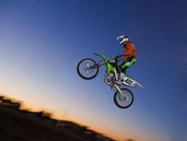 Como aterrar um salto em uma bicicleta da sujeira