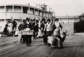Como imigrantes viajaram de Ellis Island para Boston, MA, em 1903