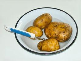 Como manter batatas de viragem escuro