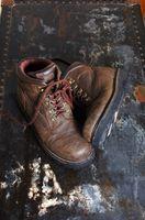 Como tirar o cheiro de novo os sapatos fora de botas de caça